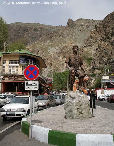 Horolezecká socha Amira Shaha Quadamiho na náměstí Sarband