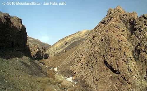 Vhorní části výstupu by geolog zajásal nad skladbou a promnělivostí zemníchvrstev