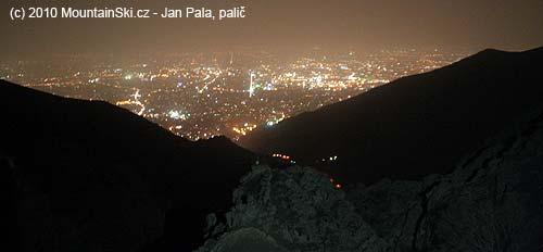 Výhled na noční Teherán zvýšky 2750metrů