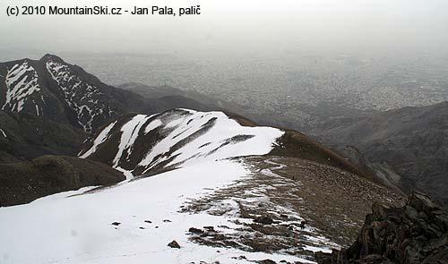 Tam to šedivé vdáli je šestnáctimiliónový Teherán zbivaku 3300metrů