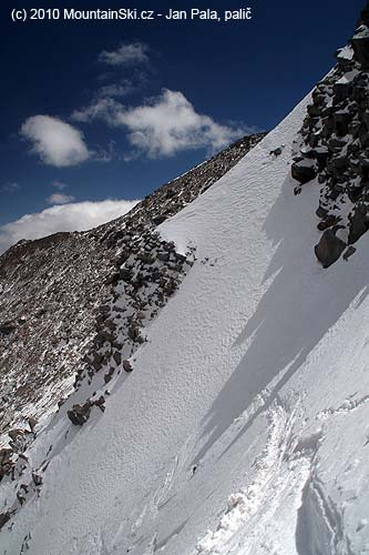 Skiing began with a short traverse, the slope is quite steep, nothing for beginners