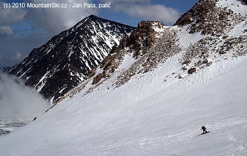 Jana in a long snowboard turn