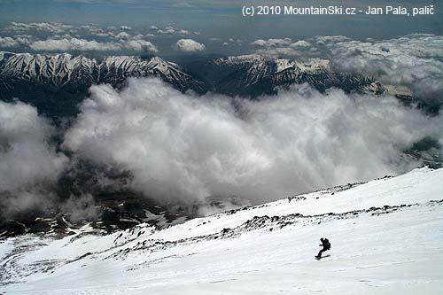 Na snowboardu dolů kopcom zDamavándu