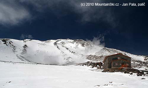 Chata ve výšce 4200m, za ní první část svahu vedoucího kvrcholu