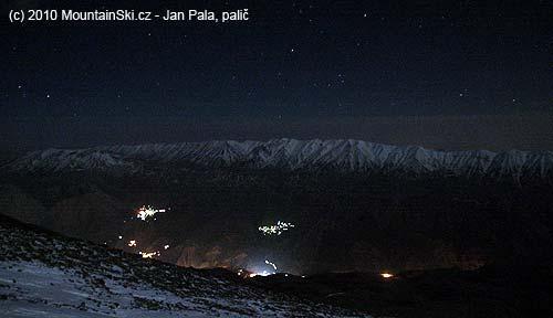 Čtyřtisícový hřeben naproti, dole svítí nějaké vesnice
