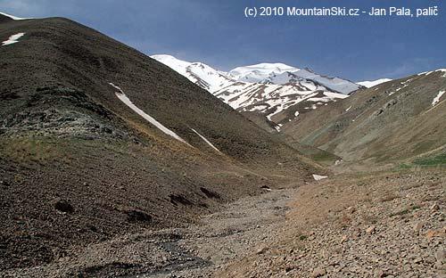 Dopoledne bylo počasí parádní, údolím ke sněhu