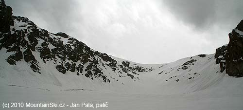 Po obou stranách závěru doliny popadané splazy a laviny