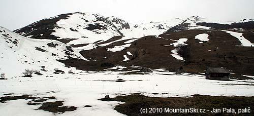 Kousek nad chajdou vpravo jsme nasadili lyže a vylezli po sněhu nahřeben