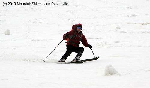 Jenda vmokrém sněhu mimo laviniště