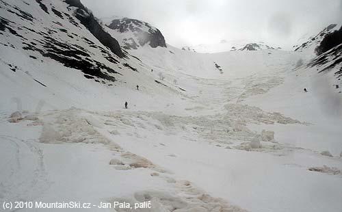 Někde vnižší části lavinišťového sjezdu