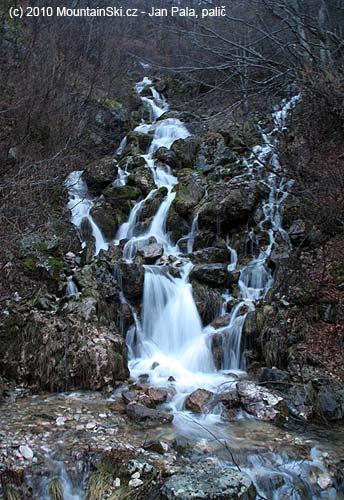 Vodopád vbočním údolí Bjelasici hned ucesty
