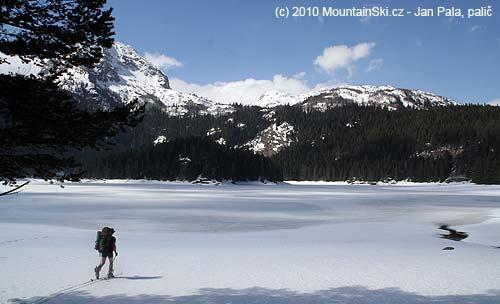 Ropák najíždí na zamrznuté Crno jezero