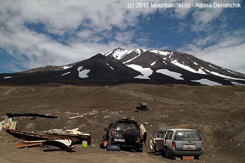 Parkoviště pod vulkánem Kozelskij, sníh na něm ještěje