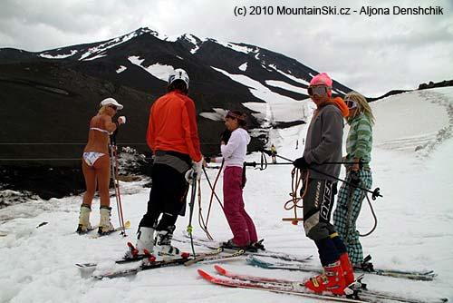 Ideálním lyžařským oděvem jsou bikiny
