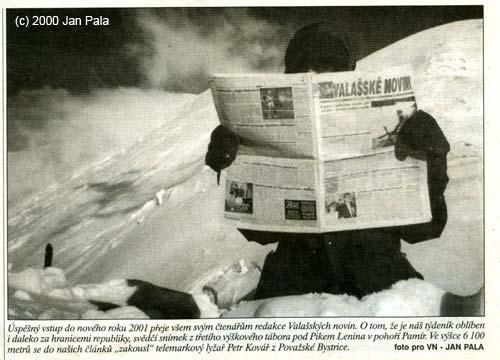 Peter Kollár skrytý za novinami