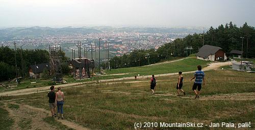 Vlevo lanové centrum schatou, vpravo koncová stanice dvojsedačky, vzadu Maribor