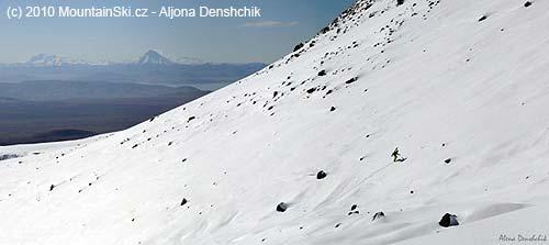 Přes Avačinskou zátoku byly krásně vidět vulkány Viljučinskij a Mutnovskij