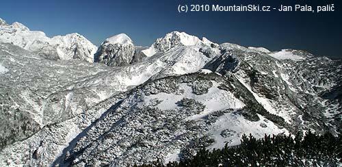 Na okolních skalnatých vrcholech ještě moc sněhu není