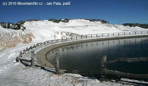 Vrcholové jezero je úplně plno a nádherně čisté