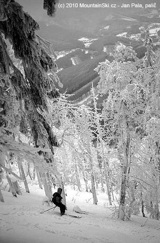 Obr. 92Sjezd lesem vyžaduje větší pozornost vzávislosti na hustotě stromů, Lysá hora, Beskydy, únor2004