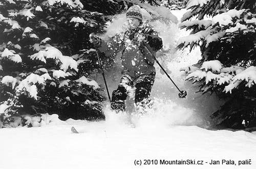 Obr. 93Při jízdě mezi stromy a pod nízkými větvemi jsou vhodné brýle,Beskydy, leden2002