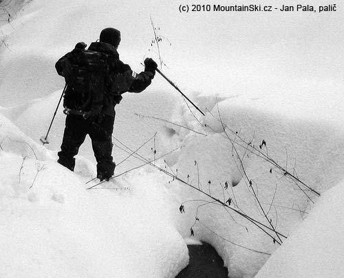 Obr. 94Přímé překročení vodního toku je možné jenom uužších potoků přes kameny nebo dostatečně vysokou sněhovou pokrývku