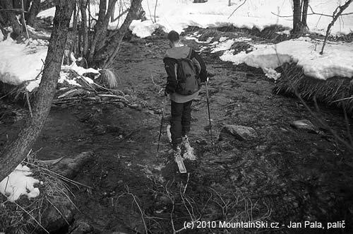 Obr. 95Překonávání říčky přímo na lyžích na Kamčatce vkvětnu2003