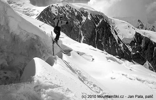 Obr. 98Neúspěšný skok končící pádem– doskok na sněhový most se zachycením lyže ohranu trhliny vnejvětší ledovcové trhlině vdolní části severní stěny vKyrgyzstánu, srpen2001