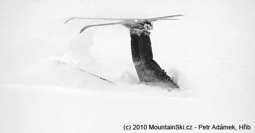 Obr. 99Některé pády mohou končit až takto– zabořením hlavy do sněhu, Malá Zmrzlá dolina pod Kolovým štítom ve Vysokých Tatrách, únor2003