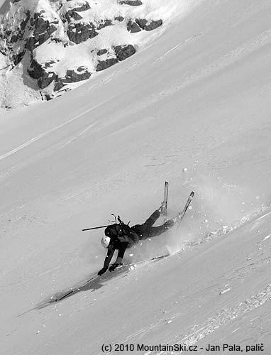 Obr. 100Pád při sjezdu od svahu může skončit akrobatickým představením, Kama Snow Camp 2009, Bosna a Hercegovina, pohoří Visočica, únor2009