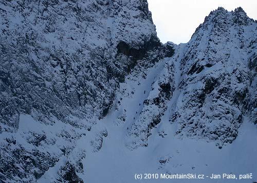 Pětice skialpinistů a Mišo se snowboardem rychle stoupají po Žltejlávke