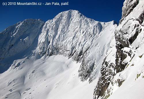 Ladový štít a vpravo Ladova priehyba a rampa, která se za dobrých sněhových podmínek jezdí, Miro Peťo ji označuje jako červený sjezd kvůli expozici, kterou má za následek skalní stěna vdolníčásti