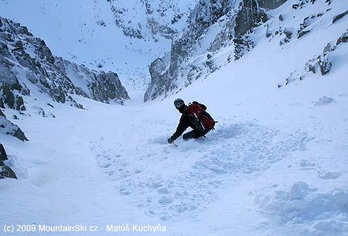 Boris Biba vKrčmárovom žlabě, Vyoské Tatry– sneh siel trosku snami dole, ale verili sme ze vacsina zostane vzlabe