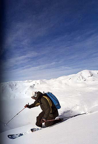 Bezchybné ilustrační foto telemarkového lyžaře na straně83