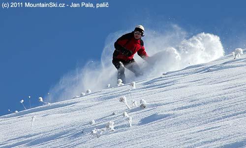 Michal se na snowboardu ztrácí ve sněhu