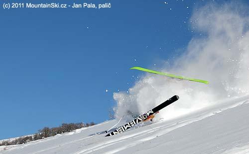 Mkhitar vukázkovém pádu, široké lyže Movement Sluff jsou nepřehlédnutelné