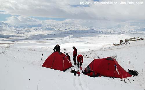 Stanový tábor ve výšce 2300m pod vrcholem Ishkhanasar– 3550m