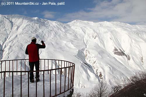 Mišo si fotí úžasnou kavkazskou dolinu