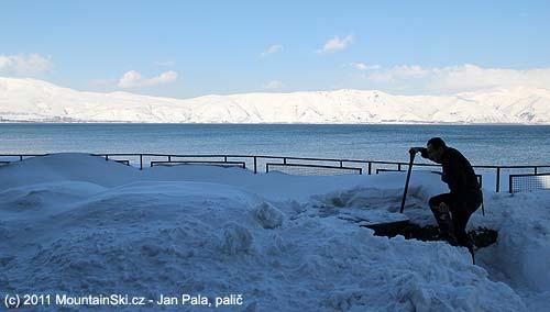 Ujezera Sevan se ze sněhu vykopávají stolky a lavice