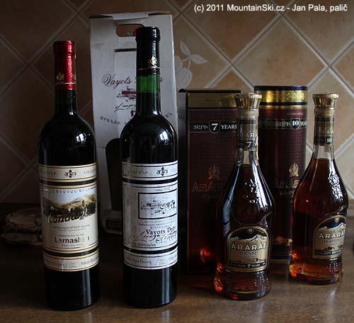 Mimo jiné se zArménie dovezly dvě vína Areni zroku 1994, a dále sedmi a desetiletý koňakArarat