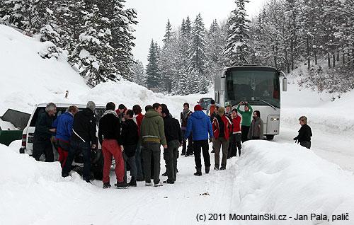 Cesta do kempu byla pokrytá silnou vrstvou sněhu a zpočátku to nevypadalo, že by to autobus mohl dát– díky řidičům to ovšemdal