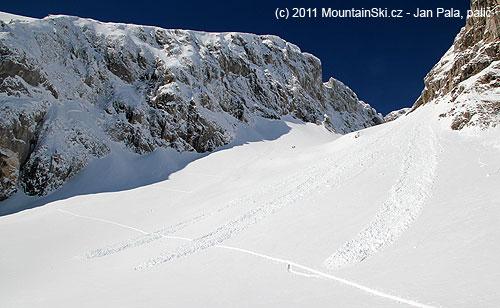 Samovolné laviny vkotli nad horní stanicí dlouhé lanovky, skialpová stopa vede přes laviniště