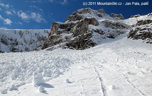 Ze svahů kolem horní lanovky vyjela pěkná lavina– aspoň bylo výborné místo pro praktický lavinovývýcvik