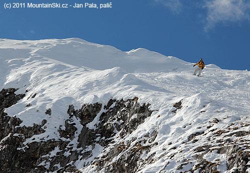 Snowboardista nad jedním zmnoha skalnatých srázů