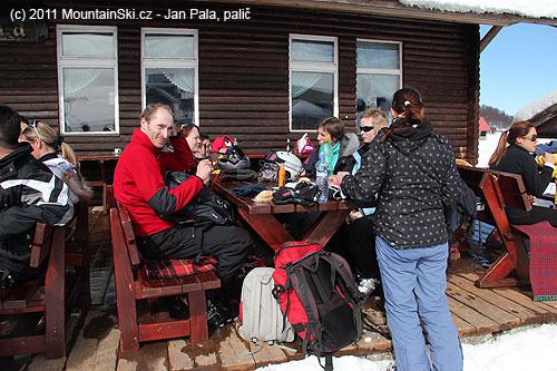 Zasloužený oběd vjedné ze tří funkčních hospod udolní stanice dlouhé lanovky