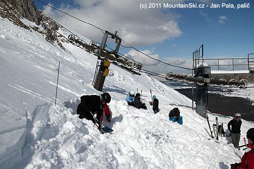 Kope se díra pro sněhový profil a klouzavý blok