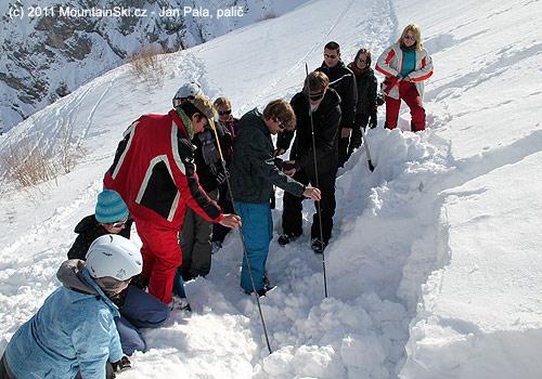 Pod sněhem leží Jana, dva sondovači zkouší, jak tamleží