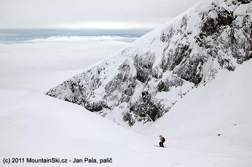Slečna na neuvěřitelně širokých lyžích bojuje skrustou