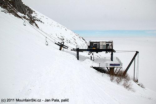 Vlekaři odkopali tuny sněhu aby se mohla lanovky rozjet.
