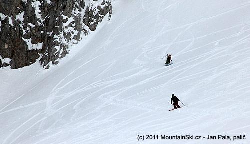 Maník a jeho slečna– oba na dvou snowboardech místolyží